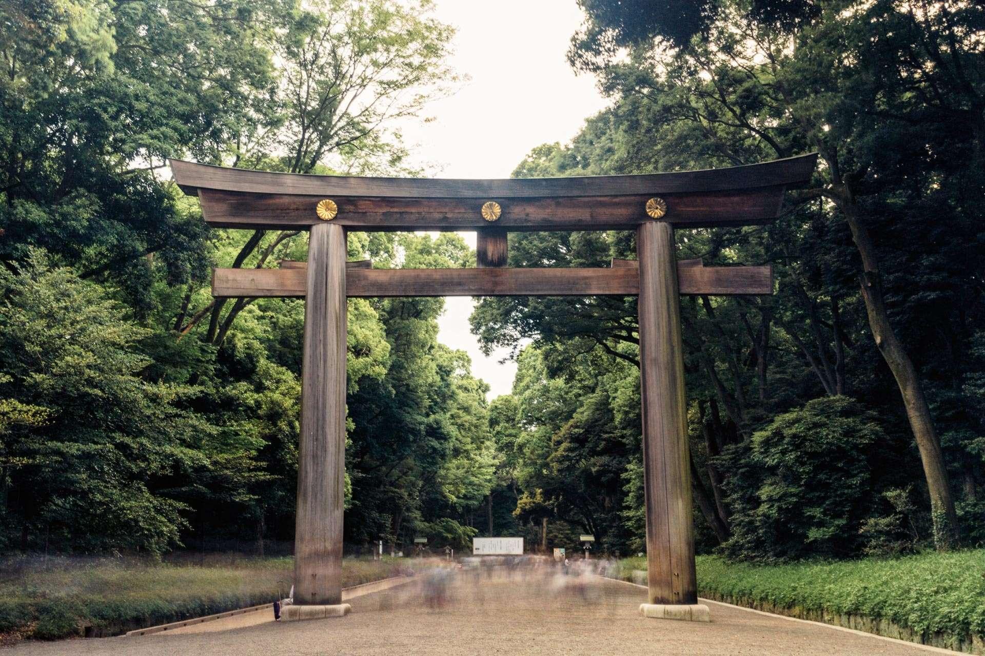 En torii uden for Meiji jingū. En torii er en slags portal, som bl.a. skal holde onde ånder ude.