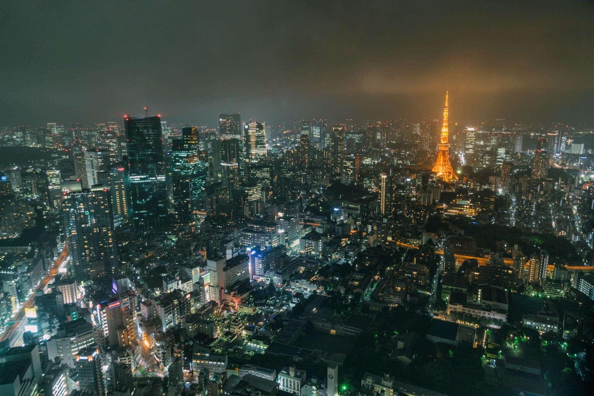Nattestemning oplyst af Tokyo Tower, som er bygget med inspiration fra Eiffeltårnet (og ca. 10 meter højere).