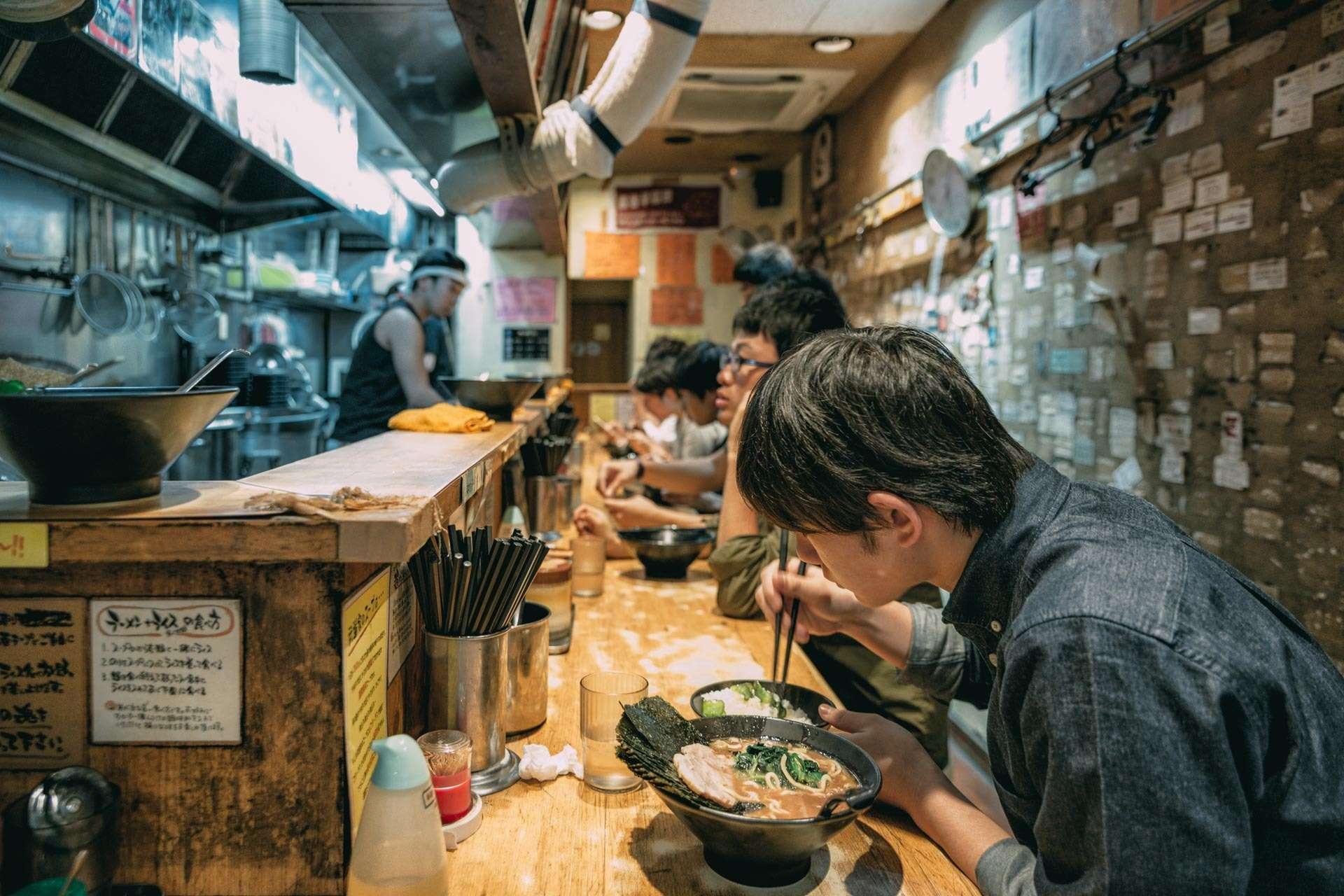 Man kan lytte sig til de bedste ramen-shops, da der er tradition for, at suppen skal slubres højlydt.