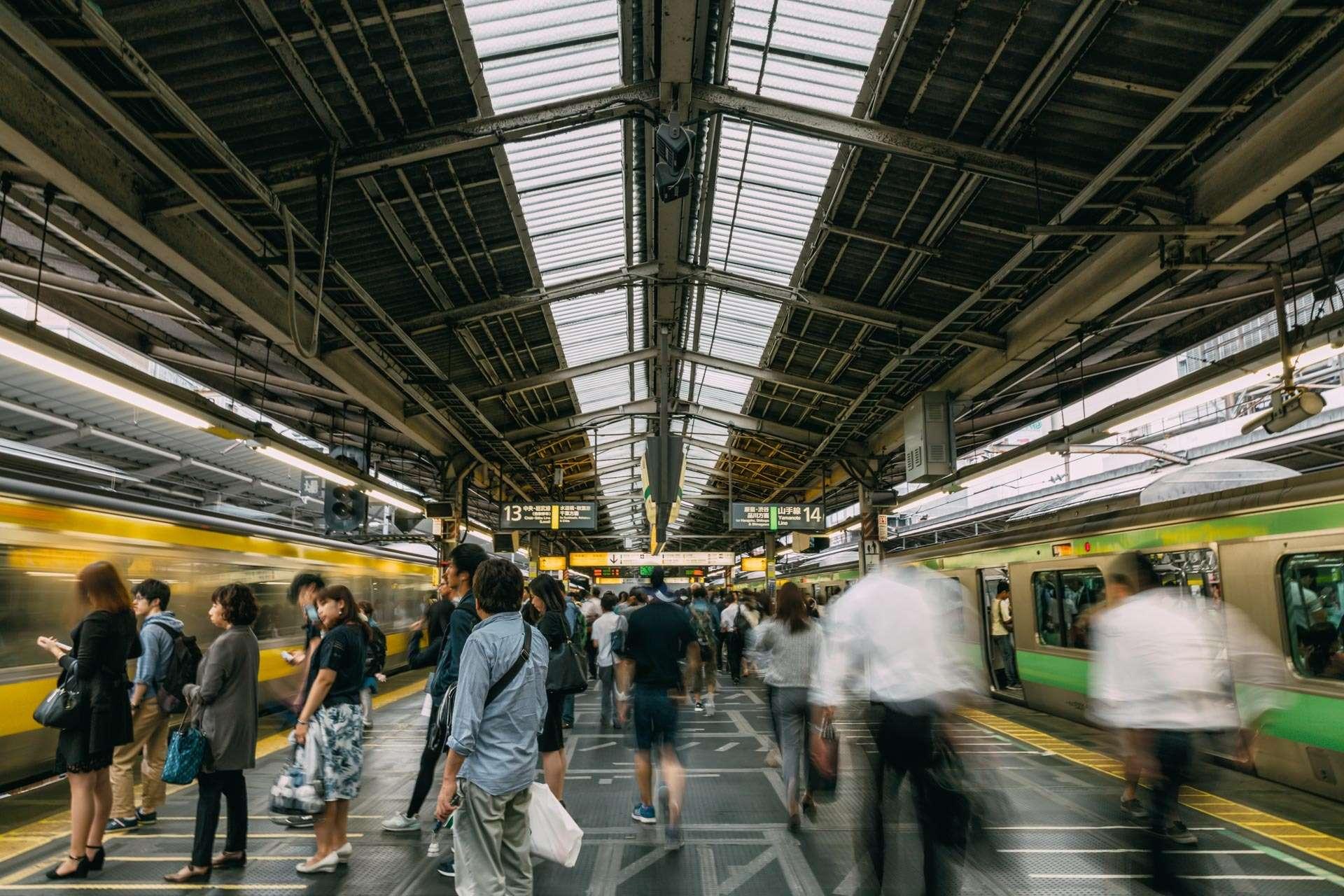 Folk stiller sig pænt i kø til at gå ind i togene - som til tider fyldes helt til bristepunktet.