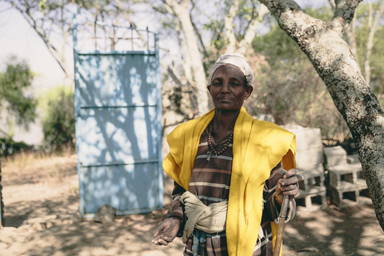 En kvindelig, Etiopisk præst ✝ Befolkningen er mere eller mindre delt ligeligt mellem Kristendom og Islam.