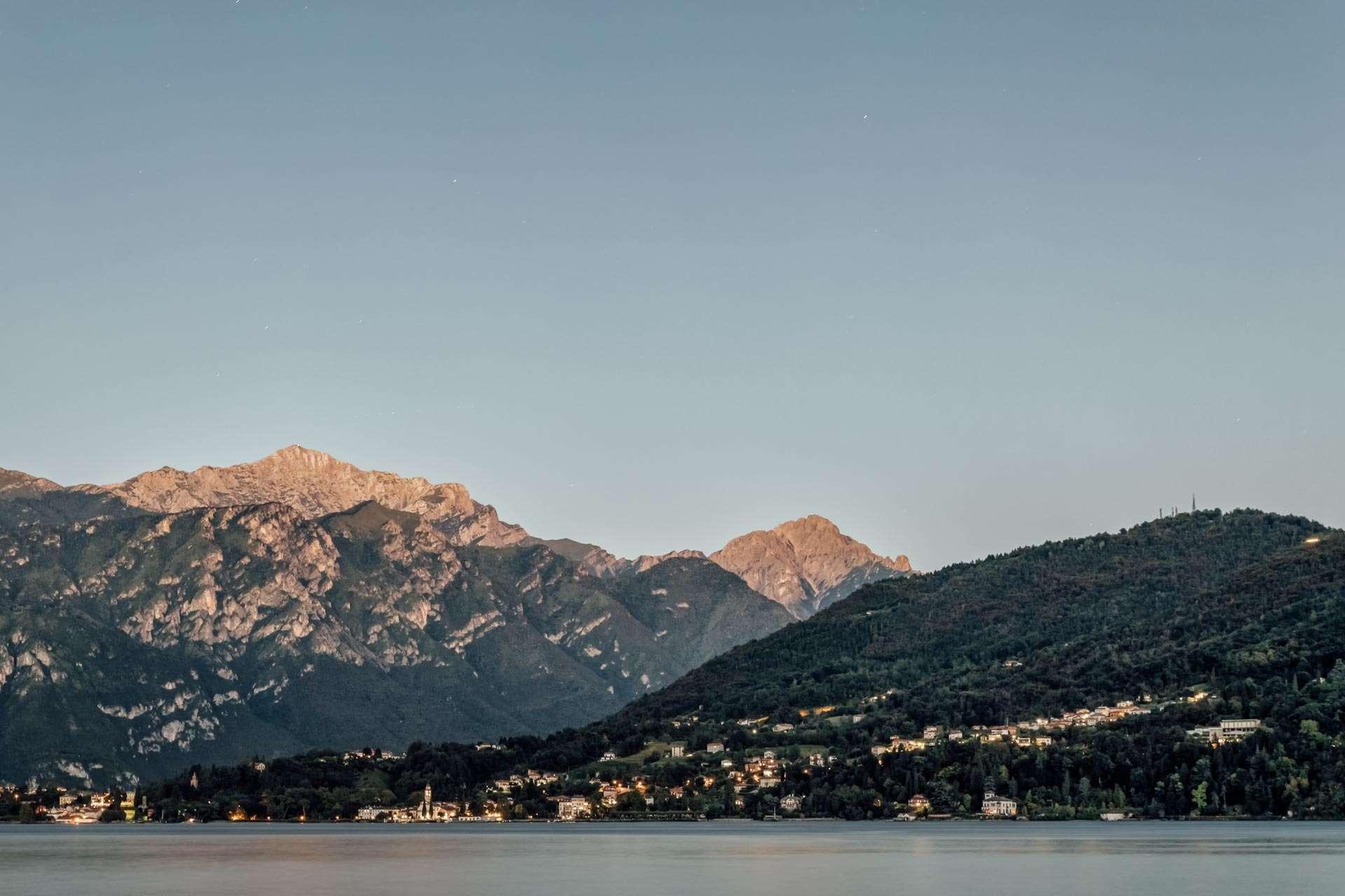 Bjergene og byerne omkring Comosøen ændrer konstant karakteristik i takt med, at solen går op og ned.
