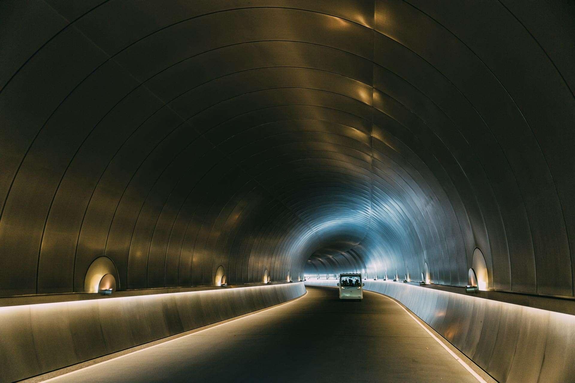 Fremtidsagtig tunnel ved det mystiske Miho museum.